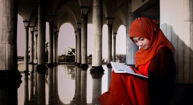 gadis cantik membaca buku