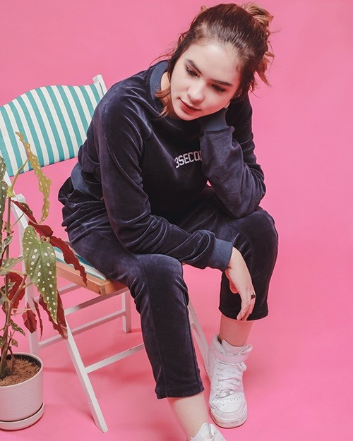 celana wanita olahraga gadis cantik duduk