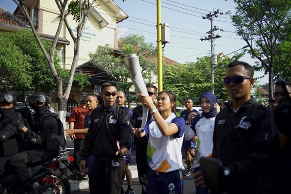 Nanda Mei Sholihah membawa torch Asian Games XVIII (copyright Media Buffet)
